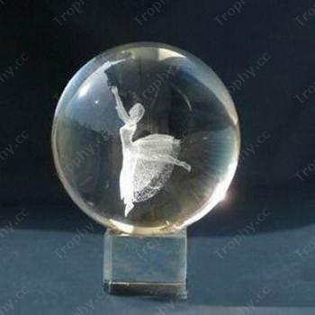 3D-Laser-Kristallkugel mit der Tänzerin eingraviert