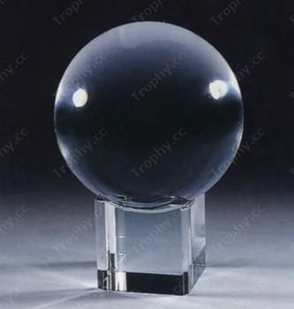 Kristallkugel auf Würfel Glassockel stehen